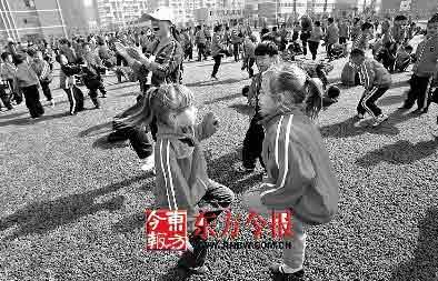 400操场小学生余名上斗鸡传统体育热(图)v操场好處图片