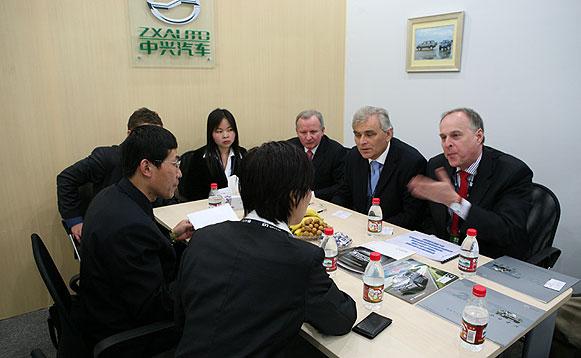 中兴汽车副总经理刘温与外商洽谈