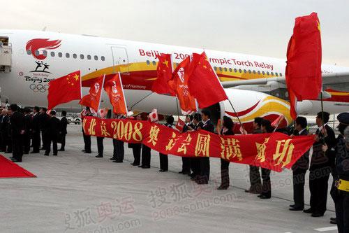 当地华人华侨前去迎接(摄影:李威)