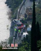 组图:007新片事故不断 邦德车被撞险落水
