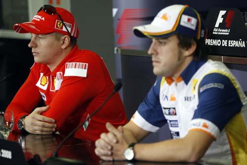 图文:[F1]车手出席周四发布会 冰人阿隆索并座