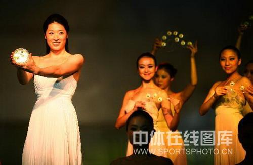 图文:奥运火炬接力纪念章亮相 罗雪娟在现场