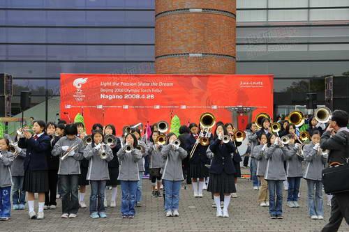 传递结束时庆典现场,小学生乐队在排练