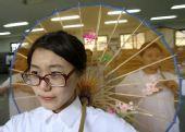 图文:华人华侨子女排练为圣火助威舞蹈节目