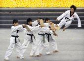 图文:跆拳道亚锦赛在洛阳开幕 中国选手连环踢