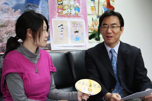官网记者采访日本驻华公使道