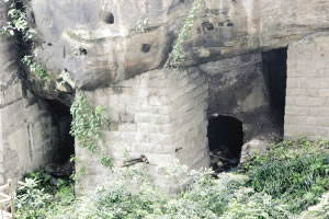 防空洞周围有很多入口