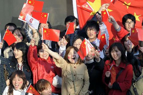 4月26日,民众迎接圣火的到来。新华社记者戚恒摄