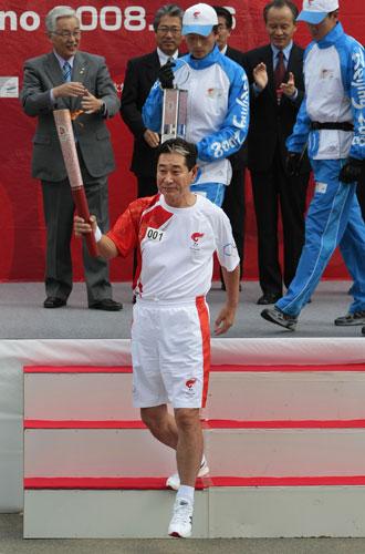 第一棒火炬手是日本棒球队主教练星野仙一郎
