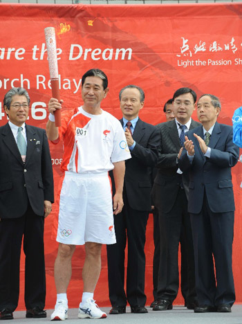 日本棒球队主教练展示火炬