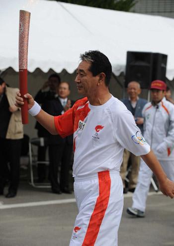 日本棒球队主教练担任首棒火炬手