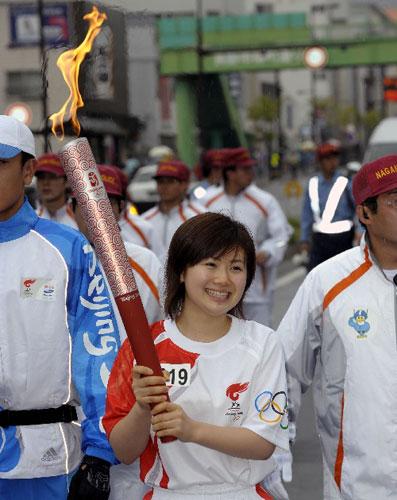 4月26日,火炬手、日本乒乓球运动员福原爱在进行传递。当日,北京奥运会圣火传递活动在日本长野举行。这是北京奥运会圣火境外传递的第十六站。 新华社记者戚恒摄