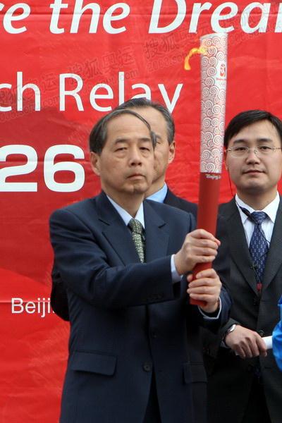 北京奥组委执行副主席李炳华展示火炬