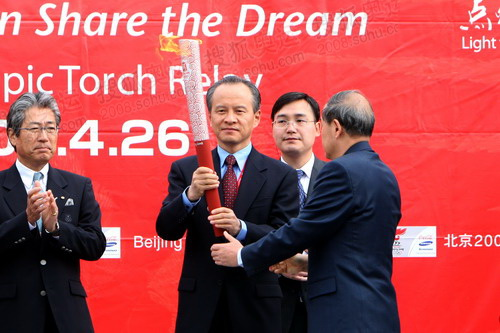李炳华将祥云火炬移交给中国驻日本大使崔天凯