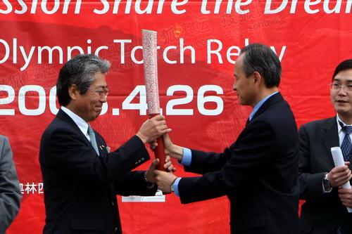 8崔天凯将火炬移交给日本奥委会主席竹田恒和