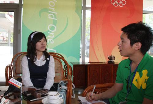 杨丽娜(左)接受奥运官方网站采访