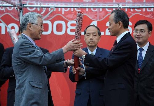 中国驻日本大使崔天凯(右二)向长野市市长鹫泽正一赠送火炬