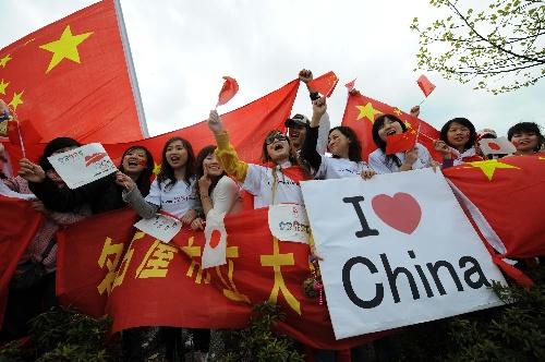 群众沿途欢迎奥运圣火 新华社记者安治平摄