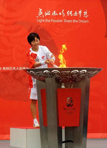 最后一棒火炬手、雅典奥运会女子马拉松金牌得主、日本运动员野口瑞希在点圣火盆