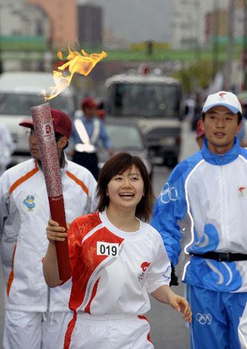 日本著名乒乓球选手福原爱在传递中