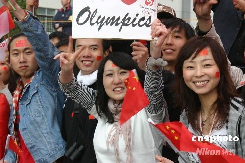 图为中国留学生为北京奥运圣火沿街助威。 中新社发 沈晨 摄