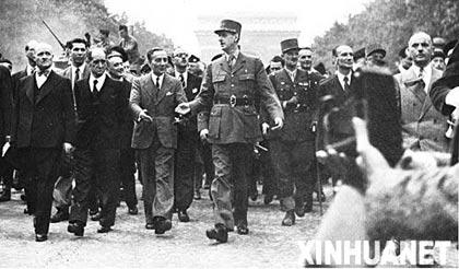 民调显示,法国人最爱戴的总统是戴高乐,这是1944年8月26日,戴高乐将军在巴黎香榭丽舍大街检阅军队。 新华社发