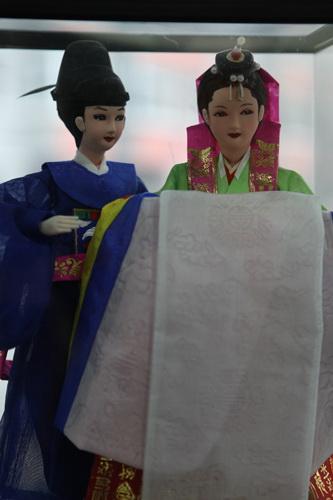 韩国文化院-图书室里的韩国民间工艺品