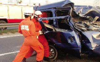 消防员破拆面包车救人。本报读者 聂文哲 摄