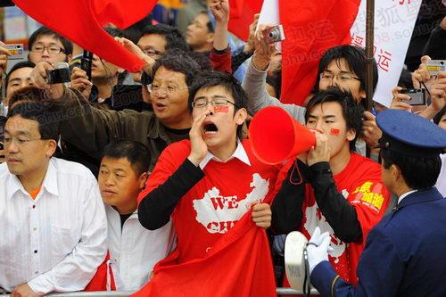 图文:看到奥运会圣火到来 路边的华人激动不已