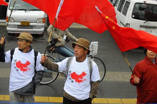 图文:三位老人各举一面五星红旗迎接奥运圣火