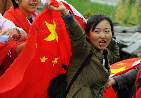 图文:中国女孩双手举起五星红旗为奥运加油