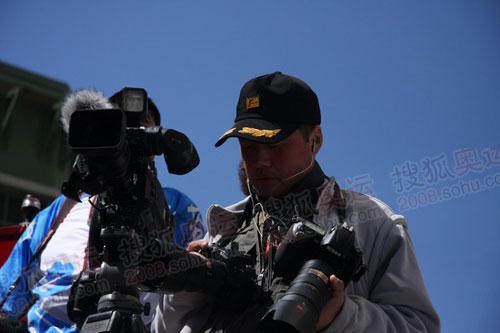 记者李东雷在媒体车上(何潇益摄)