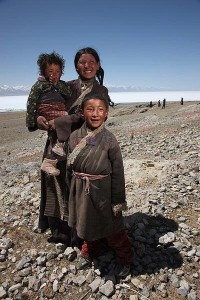 当地藏民,笑逐颜开