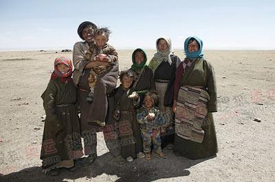 乐呵呵的游牧藏民全家生活幸福