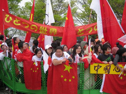 传递现场华人热情高涨