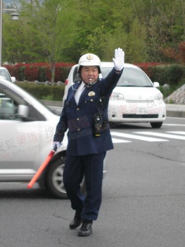 警察在现场指挥交通