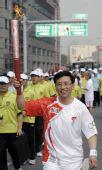 图文:北京奥运圣火在首尔传递 火炬手金行军