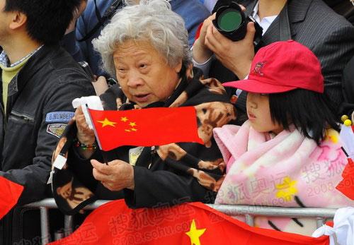 迎风流泪,老奶奶用纸擦拭眼睛