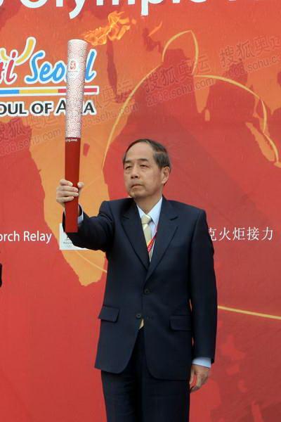 4北京奥组委执行副主席李炳华展示祥云火炬