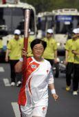 图文:北京奥运圣火在首尔传递 火炬手李惠淑