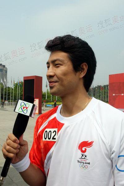 第二棒火炬手——2004年雅典奥运会跆拳道冠军文大成接受记者采访