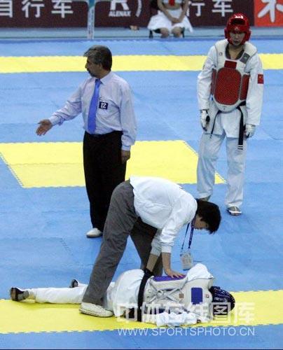 图文:跆拳道亚锦赛男子84KG 选手受伤倒地