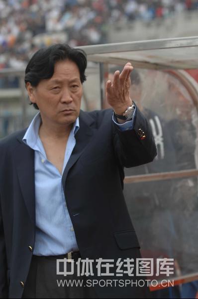 图文:[中超]武汉1-0胜长春 朱广沪指挥比赛