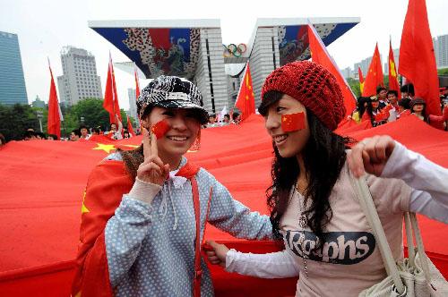 华人华侨为奥运圣火传递活动加油