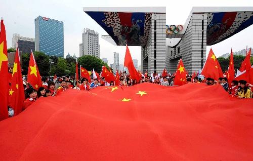 4月27日,华人华侨为奥运圣火传递活动加油。当日,北京奥运圣火传递活动在韩国首尔举行。