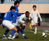 图文:[中超]辽宁0-2广州 杰弗森遭侵袭