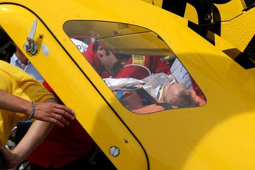 科瓦莱宁被抬上飞机送往医院接受身体检查
