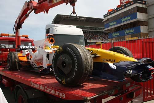 图文:[F1]西班牙站正赛 阿隆索赛车被吊走