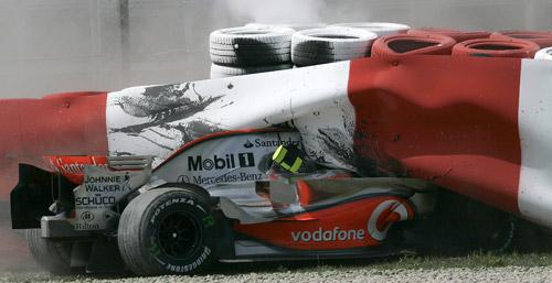 赛车撞进轮胎防护墙