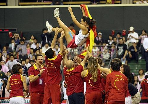 图为西班牙队在战胜中国队后欢庆胜利 李磊/摄